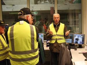 Volker Fröchtenicht, Standortleiter des BEL-Holzpelletswerks im niedersächsischen Hardegsen, erklärt die Details der Pelletsproduktion.